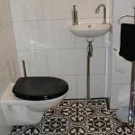 Płytki cementowe w małej toalecie