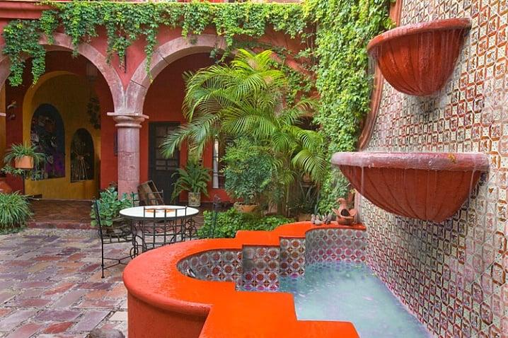 Meksykańskie fontanny, a pośród nich meksykańskie dekory