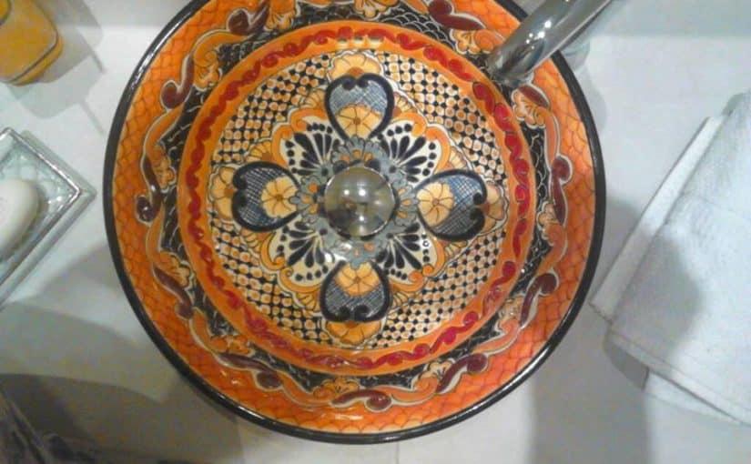 Meksykańska ceramika talavera w minimalistycznej łazience