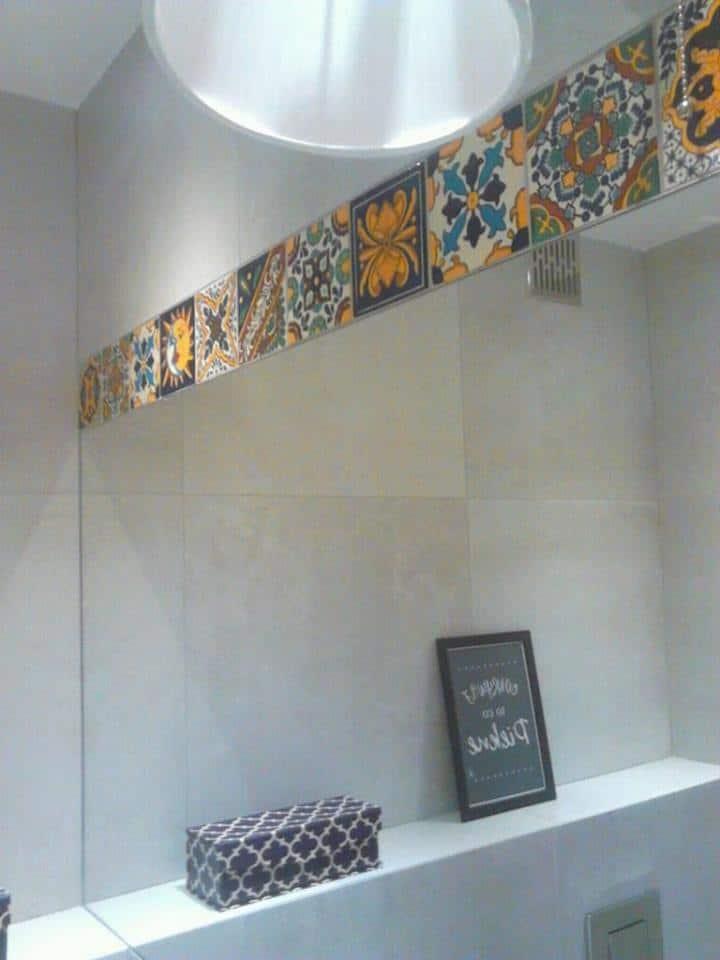 Ynes, meksykańska umywalka talavera ze sklepu Kolory Meksyku, w minimalistycznej łazience